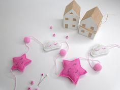 Filcová girlanda pre sladké sníčky 😴🛌 Felt, Glamour, Christmas Ornaments, Holiday Decor, Instagram Posts, Handmade, Home Decor, Xmas Ornaments, Homemade Home Decor