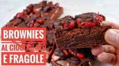 I Brownies al cioccolato fondente e fragole sono un tipico dolce americano molto facile, goloso e perfetto per rendere più buone le merende pomeridiane!