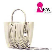 Color: Blanco Marfil-Tamaño: 37x33x18 cm -Peso: 373 g SAVE MY BAG es el It Bag que crea furor en Italia. Un icono de la moda Italiana dedicado a las mujeres dinámicas que buscan un bolso cómodo y un look actual, elegante y dinámico. Fabricado en más de 30 colores, práctico, ligero y sobre todo precioso.…