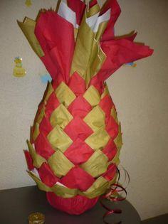 Base faite avec 8 serviettes papier de 20cm/20cm. Matériel: 60 serviettes (couleur au choix). Une agrafeuse. Un bol assez large. Un morceau de bolduc. Commençons par le pliage des 8 serviettes qui vont constituer la base de l'ananas. Placez votre serviette...