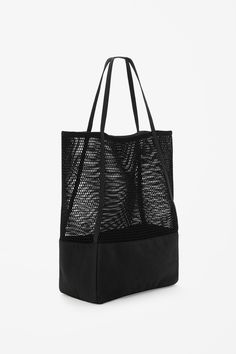 COS - This large bag is made from contrasting mesh and canvas panels. A shopper style, it has long canvas handles and a single interior compartment. Architect Fashion, Filets, Best Bags, Mode Style, Clutch Wallet, Leather Bag, Shopping Bag, Purses And Bags, Tote Bag