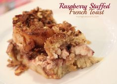 Raspberry+stuffed+french+toast+with+almond+oat+crumb+topping.+Can+be+made+ahead+&+frozen!+#recipe+via+momendeavors.com