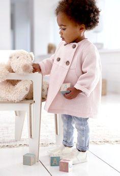 Jolies couleurs poudrées, maille douillette, imprimés tendres ou rigolos… les nouveaux mini looks mode et craquants de la collection R Baby sentent bon le soleil et accompagneront avec douceur les babies dans la nouvelle saison !