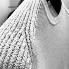 Phil Petter's fine rib structure made of Merino wool in detail #philpetterknitwear #philpetter #knitwear #madeinaustria #slowfashion #premiumfashion #sustainableproducts #menswear