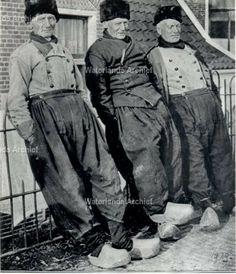 Drie mannen een praatje op de dijk aan de haven. Links: Cornelis Kes (De Minister), visser 1885-1960, en de andere twee zijn onbekend. ca 1935 #NoordHolland #Volendam