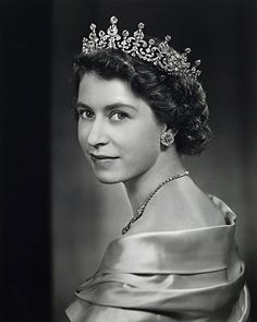 On April 1952 Queen Elizabeth II announced that her children and descendents would bear the surname of Windsor Princesa Elizabeth, Princesa Diana, Royal Uk, Royal Queen, Queen Mary, Princess Mary, Royal Jewels, Crown Jewels, Windsor