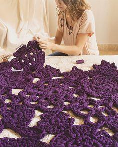Hoy me toca unir una Autumn Leaf color morado, mi favorita sin duda . Esta vez no sale de España; se queda en casa de Mayka, en Madrid!!  vosotras con que color os quedáis?   Ah y por cierto!! Esta tarde nuevos colores de trapillo en la web; pero os aviso de antemano....son demasiado bonitos!  #susimiu #handmade #crochet #instagram #cute #design #decoration #instagood #love #instacrochet #diy #flower #autumn #autumnleaf