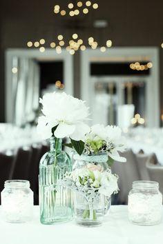 Wedding flowers deco white peonies table Bruiloft met pioenrozen | ThePerfectWedding.nl