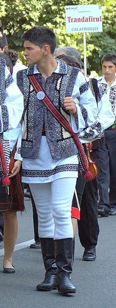romanian men in traditional clothings