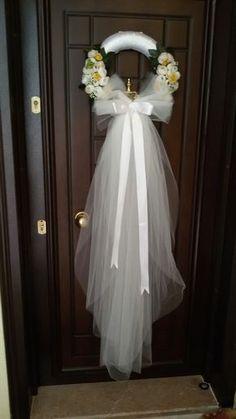 Düğün için kapı çelengi… Door wreath for the wedding … Wedding Door Wreaths, Bridal Shower Wreaths, Wedding Doors, Church Wedding Decorations, Bridal Shower Decorations, Wedding Centerpieces, Wedding Bouquets, Wedding Flowers, Wedding Veil