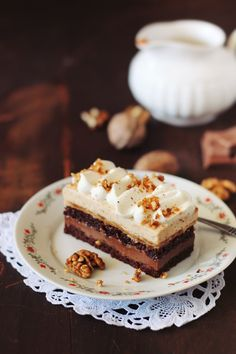Chocolate cake, caramel cream with nuts and pralines / chocolate Parlin and entremet - Passion for kitchen Romanian Desserts, Romanian Food, Romanian Recipes, Great Desserts, Vegan Desserts, Baking Recipes, Cake Recipes, Cake Flavors, Homemade Cakes