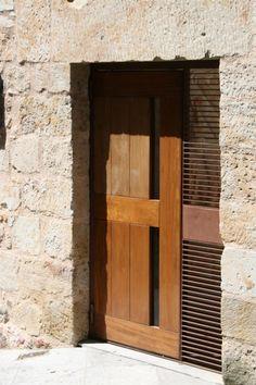 Puerta de exterior a medida realizada con madera maciza y acero corten