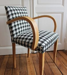 houndstooth I tyúklábminta Vintage Sofa, Vintage Furniture, Sofa Chair, Armchair, Chair Makeover, Wishbone Chair, Furniture Inspiration, Accent Chairs, Upholstery