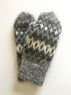 Ravelry is a community site, an organizational tool, and a yarn & pattern database for knitters and crocheters. Knitting Patterns Free, Free Knitting, Free Pattern, Mittens Pattern, Knit Mittens, Yarn Needle, Hand Warmers, Knitting Yarn, Fingerless Gloves