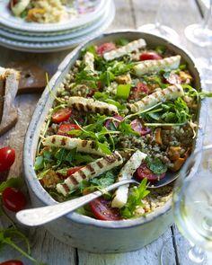 Quinoasalade met gegrilde halloumi en geroosterde zoete aardappel