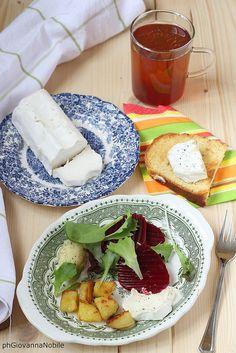 Insalata con patate arrosto, barbabietole e formaggio di capra