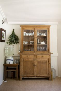 China Hutch Decor, Antique Cabinets, Antique Hutch, Farmhouse Style, Farmhouse Design, Home Kitchens, Interior And Exterior, Modern, Sweet Home