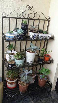 Estante em ferro by Art Kavati Herb Garden Pallet, Herb Garden Design, Pallets Garden, Garden Rack, Metal Plant Stand, Garden Shelves, Wrought Iron Decor, Garden Crafts, Kraut