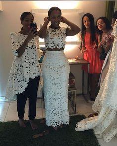 Quando a Estilista empresta até o sapato para que a prova de roupa seja perfeita Team Go @tchissy #FairPlayCollection #aProva #BrideToBe #TheBrand  DISPONÍVEL NA CASA PARIS