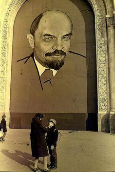 Lenin looking over people