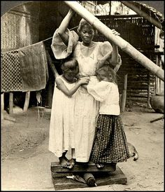 "How Pinoy Iron Clothes?"" ""Prinsa de Paa"" Contrary to popular belief, Filipinos didn't initially use the European charcoal flat-irons to press their baro and sayas. Instead, they went more traditional with a crude equipment called ""prinsa de paa Antique Photos, Vintage Pictures, Vintage Photographs, Old Pictures, Old Photos, Philippines Culture, Philippines People, Manila Philippines, Filipino Fashion"