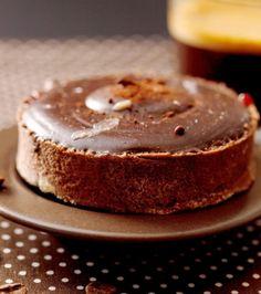 Μοιράζουμε την σοκολάτα σε κάθε προψημένη τάρτα και τοποθετούμε στο ψυγείο μέχρι να σφίξει. Για καλύτερο αποτέλεσμα στην υφή της γκανάζ, αφήνουμε τη τάρτα σε θερμοκρασία δωματίου για 20 λεπτά και μετά τοποθετούμε στο ψυγείο μέχρι να σφίξει. Σερβίρουμε με την σάλτσα καραμέλα.