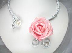 La rose éternelle - Ce collier, idéal pour un mariage, est réalisé en fils dalu et se pare dune fleur en tissu pailletée et de perles nacrées.  Couleur : Rose, argenté, blanc et blanc nacré  Un bracelet, une bague et/ou des boucles doreilles peuvent être assortis sur simple demande.