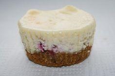 CHEESECAKE ALLA PERA: per 3 porzioni: 1 pera a quadratini cotta in padella con poco stevia e buccia di limone e poi frullato - 100 gr. quark - 100 gr. ricotta - 1/4 fialetta vaniglia - 80 gr. panna light - 8 gr. colla di pesce (2 gr. ogni 100 gr. prodotto) - 1/2 pera per guarnire -  9 biscotti digestive.  PORZIONI WW per 3 porzioni: 2 proteine - 2 grassi - 1,5 frutti - 3 carb. chiari