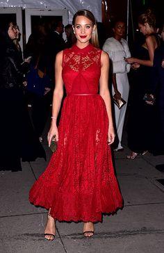 En un atrevido vestido de encaje color rojo en la 2016 amfAR New York Gala.