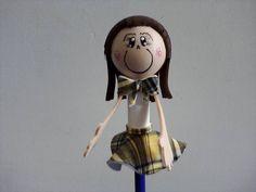 Ponteira de lápis da personagem Valéria do Carrossel. Confeccionada em eva e tecido. R$ 6,00
