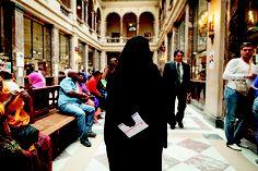 SEM ROSTO -- Mulher paga multa por usar niqab, uma vestimenta islâmica, em Bruxelas, na Bélgica: uma proibição nascida da aversão europeia à submissão feminina (Foto: Sander de Wilde / Corbis)