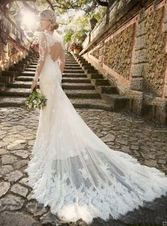 Keyhole Back Lace Appliques Long Sleeved Lace overlay Tulle Wedding Dress