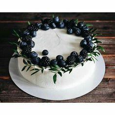 No photo description available. Beautiful Birthday Cakes, Beautiful Cakes, Amazing Cakes, Mini Desserts, Just Desserts, Delicious Desserts, Tea Cakes, Cupcake Cakes, Dessert Decoration