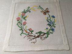 Litet sött handbroderi ** blomsterkrans på linneväv på Tradera.com -