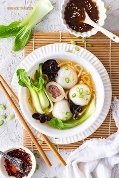 Tang Yuan Rezept vegan herzhaft Glutinous Rice Balls chinesische Reisbällchen Suppe #tangyuan #glutinousriceballs #vegan #herzhaft #rezept #asiatisch #chinesisch #LeeKumKeeCNY #reisbaellchen #suppe #veganerezepte #veganesuppen Dim Sum, Ramen, Sandwiches, Pizza, Dinner, Recipes, Food, Soba Noodles, Asian Food Recipes