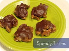 speedy turtles recipe candy christmas treats and other candy recipes No Bake Treats, Party Treats, Holiday Treats, Christmas Treats, Christmas Baking, Yummy Treats, Holiday Recipes, Delicious Desserts, Christmas Goodies