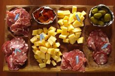 Το BBQ στην Αργεντινή λέγεται Asado - επειδή όμως η παρέα δεν μπορεί να περιμένει με άδειο στομάχι, οι Αργεντίνοι σερβίρουν δίσκους με τυριά, αλλαντικά, ψωμί, πατάτες, ελιές κι ένα σωρό άλλους μεζέδες. Οι δίσκοι λέγονται Picadas και πάνω τους τοποθετούνται όλα τα καλά, σε ορεκτικούς συνδυασμούς χρωμάτων και σχημάτων. Foodies, Main Dishes, Dairy, Cheese, Kitchen, Gastronomia, Kitchens, Main Course Dishes, Entrees