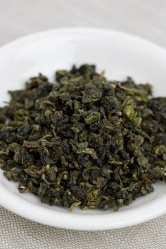 Oolong teas are produced in the Wuyi Mountains of the Fujian province in China. The Tieguanyin Oolong tea from Anxi comes with the fragrance of orchid. Jasmine Pearl Tea, Hot Tea Recipes, Oolong Tea Benefits, Organic Loose Leaf Tea, English Breakfast Tea, Types Of Tea, Weight Loss Tea, Chinese Tea