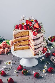 This Strawberry Cream Naked Cake with Baileys looks pretty, and tastes incredibly delicious! Recipe with how to make a Layer Cake step-by-step instructions! Homemade Strawberry Cake, Strawberry Cream Cakes, Strawberry Cake Recipes, Strawberries And Cream, Strawberry Sweets, Strawberry Birthday Cake, Strawberry Lemonade, Cake Birthday, Strawberry Shortcake