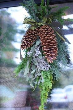 クリスマスリースよりも簡単な「クリスマススワッグ」の作り方・スワッグデザイン50選|ハンドメイド部 -page3 | Jocee Cut Flowers, Dried Flowers, Xmas Decorations, Potpourri, Diy Gifts, Flower Arrangements, Christmas Wreaths, Swag, Herbs