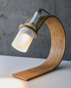QUERCUS Stylish Sustainable desk lamp by Max Ashford is part of Desk lamp design - industrial designer Max Ashford designed a sustainable stylish and functional desk lamp called Quercus out of reclaimed wood and a wine bottle Deco Design, Wood Design, Design Design, Design Ideas, Interior Design, Design Interiors, Design Concepts, Graphic Design, Luminaire Original