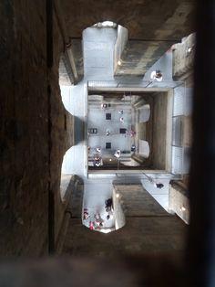 No cabe duda de la calidad artística y esencial del Campanile florentino que inició Giotto y finalizó Pisano. Señalar que la parte inferior de la torre está decorada con cincuenta y cuatro bajorrel...