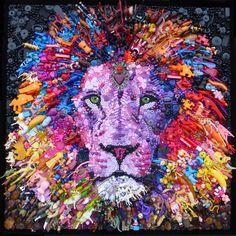 Jane Perkins (UK) - Pride (Orgullo), 2017. Mosaico realizado con objetos de plástico encontrados. La imagen que se comparte es suficientemente grande como para hacer un recorrido bien de cerca y descubrir la variedad de objetos utilizados para crear la obra. https://janeperkins.files.wordpress.com/