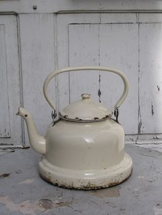 Now this is a tea kettle / alter grosser Emaille Wasserkessel Shabby Vintage