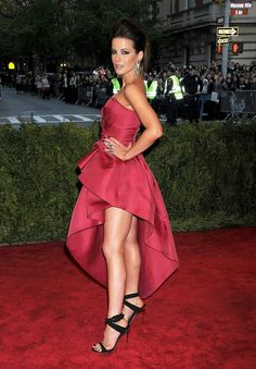 Kate Beckinsale - Met Ball 2013 Red Carpet: Photo Kate Beckinsale is smashing red at the 2013 Met Gala held at the Metropolitan Museum of Art on Monday (May in New York City. Last week, the English… Beautiful Legs, Gorgeous Women, Amazing Women, Kate Beckinsale Hot, Kate Beckinsale Pictures, British Costume, Pearl Harbor, Hollywood Celebrities, Beautiful Celebrities