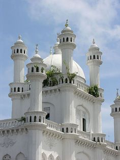 Dewatagaha Mosque, Sri Lanka (Photo Carmelo Aquilina). Much of the architecture dating back to 1885 has Moghul influences, The main entrance with parapet walls opens into the passage to the shrine. This section has the dome & chambers reserved for women. The pigeon towers are 36 ft tall & are said to have 500 pigeon holes / http://serendib.btoptions.lk/article.php?issue=41&id=1034
