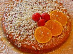 Bolo de laranja e iogurte com calda de chocolate branco Ingredientes: Bolo: 4 ovos 2 c. sopa de gelatina de laranja em pó 1 iogurte natural 1 dl de óleo 1 dl de sumo de laranja 250g de açúcar (usei 200) 250g de farinha 1 c. sobremesa de fermento em pó Cobertura: 1 tablete de chocolate branco de culinária 3 colheres de sopa de sumo de laranja Modo de preparação: Barre uma forma com manteiga e pré aqueça o forno a 180º. Bata os ovos inteiros com o açúcar, junte a gelatina, o iogurte, o óleo, o…