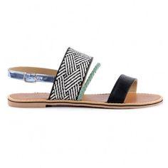 Soepele leren dames sandalen met rubber zool. De wreefband heeft een zwarte witte raffia look, er loop een kleine groene gevlochten bandje voor en de enkelband is van zilver metallic. Sluiting doormiddel van zilveren gesp op de enkel.
