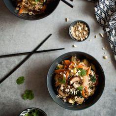 smażony ryż z pieczarkami, cukinią i marchewką z warzywami bezglutenowy zdrowy wege wegetariański Iron Pan, Ricotta, Lunch, Ethnic Recipes, Food, Meal, Lunches, Eten, Meals
