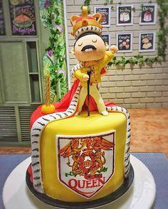 Freddie Mercury cake Beautiful Cakes, Amazing Cakes, Fondant Cakes, Cupcake Cakes, Queen Banda, Freddie Mercury Birthday, Music Themed Cakes, Cake Band, Queen Cakes